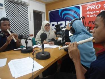 RRI Pro 1 Studio - Broadcasting with M. Fadhli, Mufid, Rizky Agung (kiki), Farhan, 2013