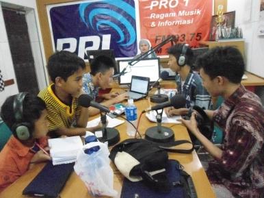 Studio RRI Pro 1 - broadcasting with Daffa, DOni, Genta, Reza Alamsyah, and Ridholi, Mei 2013